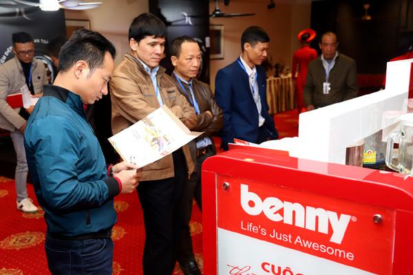 Khách hàng thăm quan các sản phẩm của Benny.